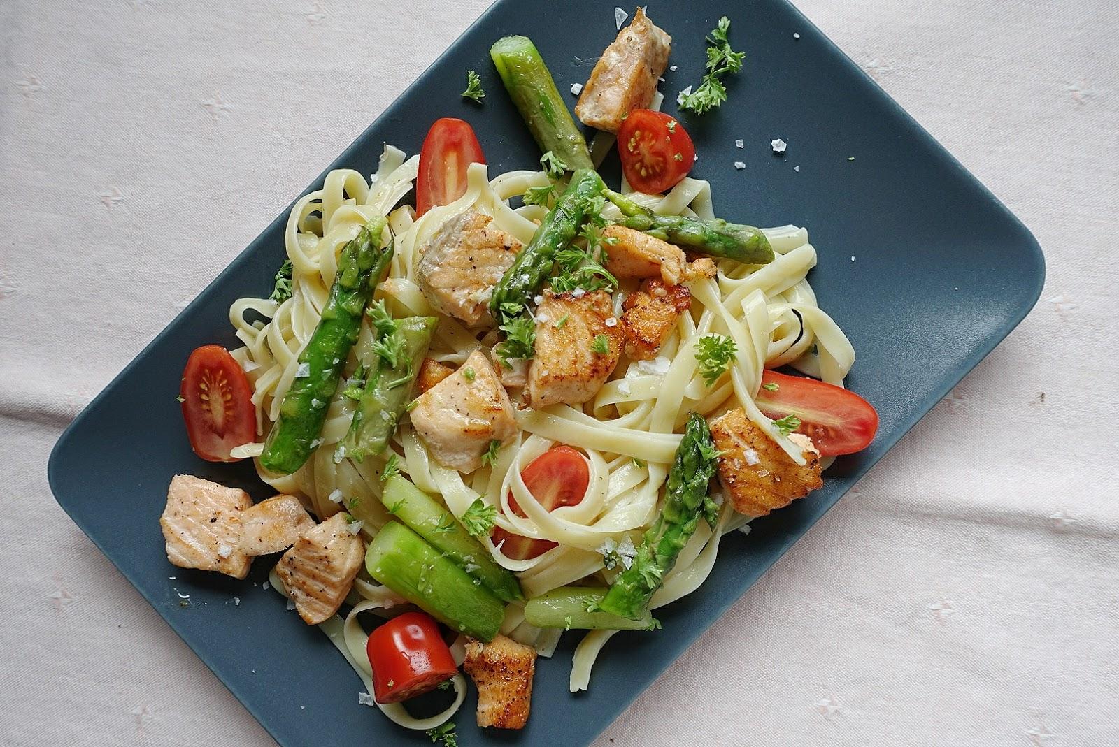 Bandnudeln mit Lachs, Tomaten und grünem Spargel, zubereitet in weniger als 20  Minuten   judetta.de