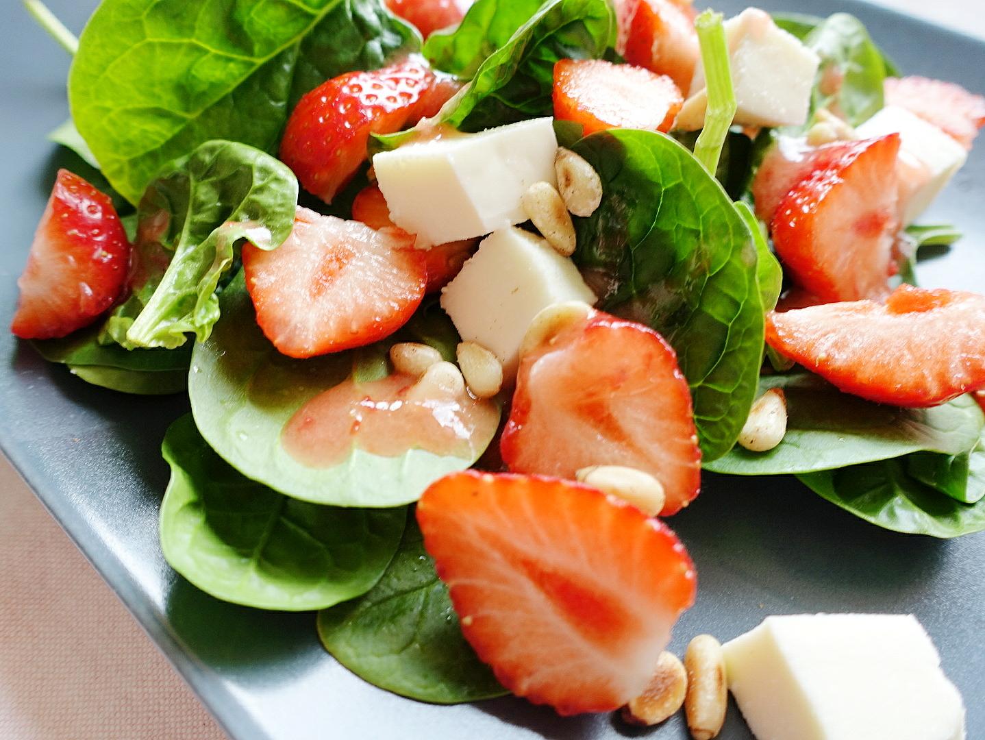 Der beste Sommersalat mit fruchtigen Erdbeeren und zartem Spinat