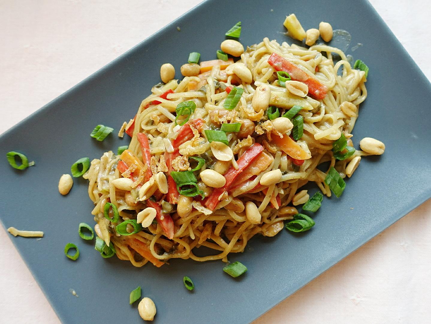 One Pot Pasta: Nudeln mit Erdnussauce und Gemüse | Zubereitet #inunter20 Minuten | judetta.de