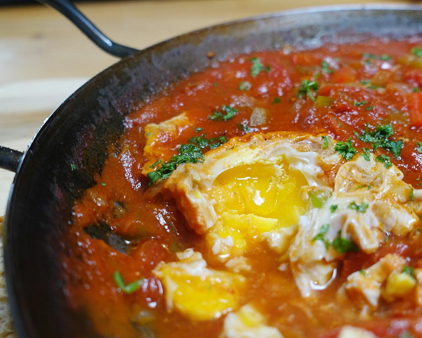 Die Eier garen direkt in der Sauce.