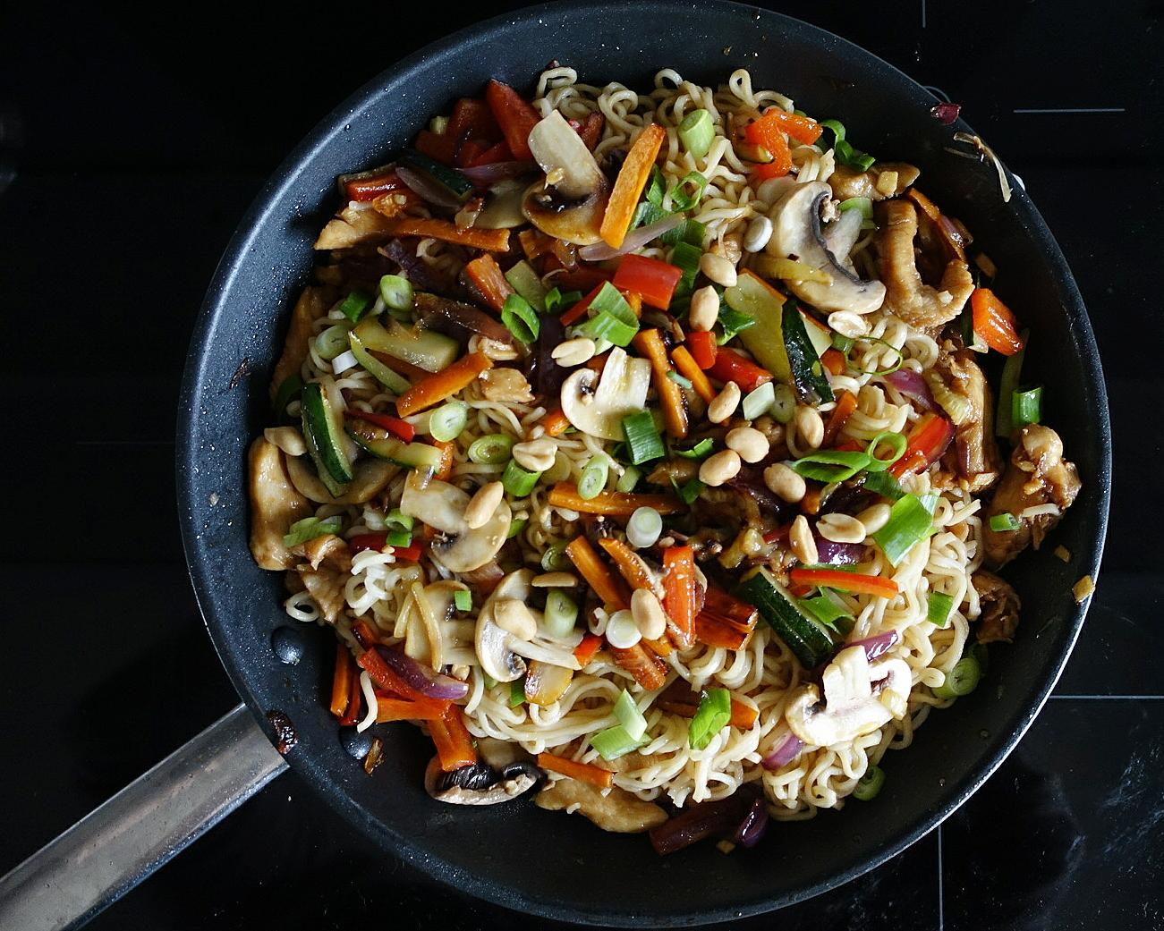 Bratnudeln mit Gemüse und Hähnchen