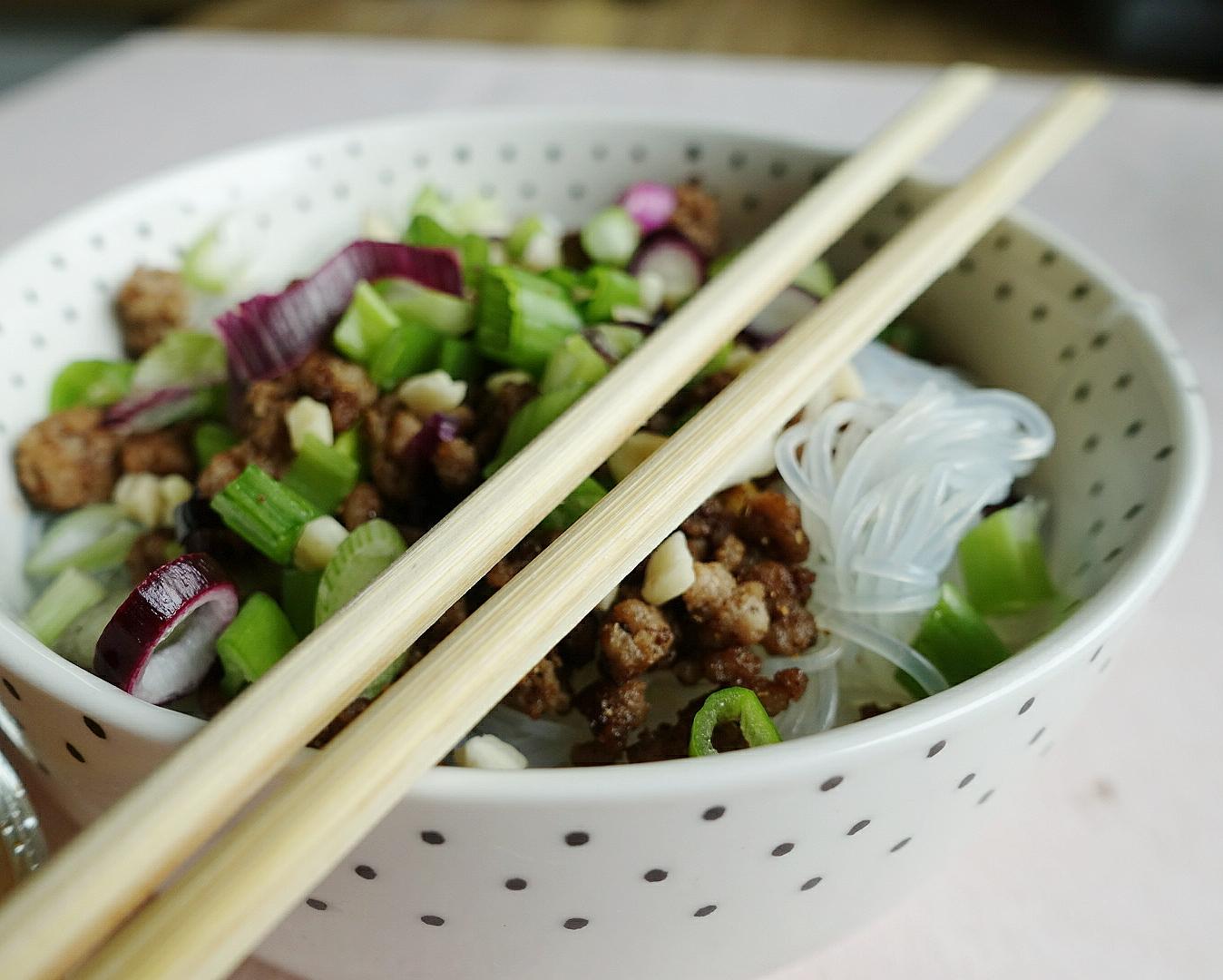 Glasnudeln und Hack mit knackigem Salat - ein super schnelles und leckeres Sommergericht