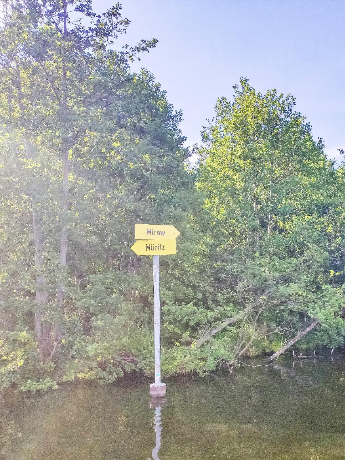 Schilder weisen auch auf dem Wasser den Weg