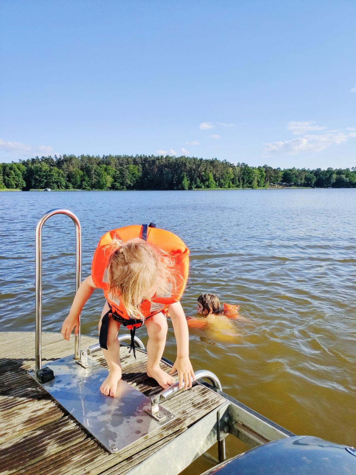 Vom Hausboot aus baden gehen
