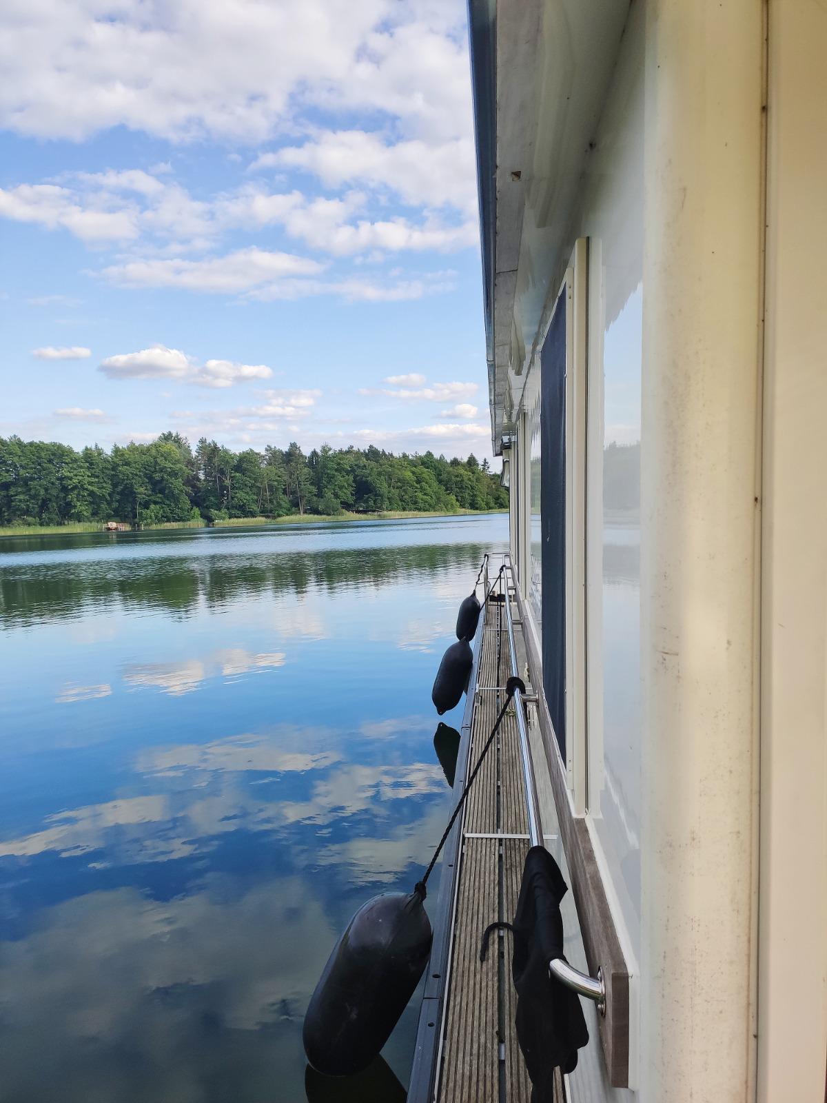 Einsame Seen mit dem Hausboot entdecken