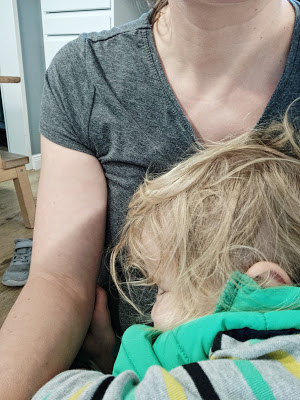 Kind erschöpft in den Armen der Mutter