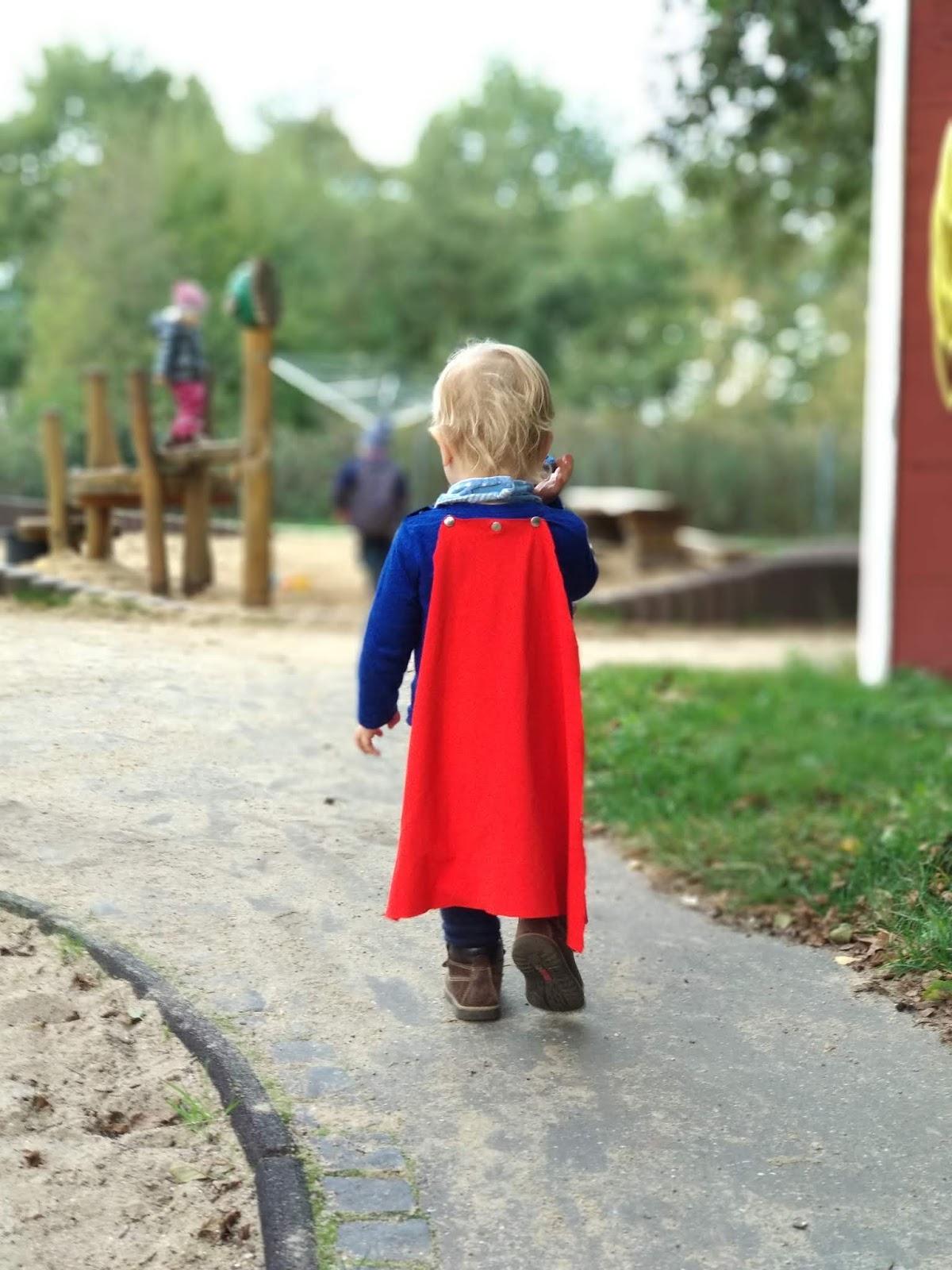 Minibeb erobert die Welt. Zur Not auch im Superheldenkostüm.