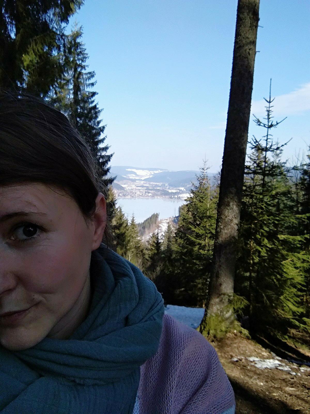 Die Stille aushalten: Ruhiger Spaziergang im Wald mit Blick auf den Titisee