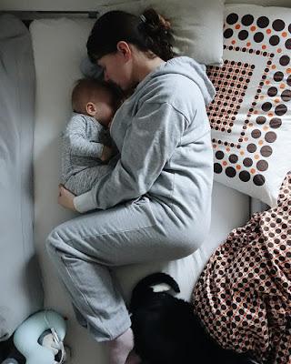 Selbstfürsorge für Mamas: Für gesunde Ernährung ausreichend Schlaf sorgen