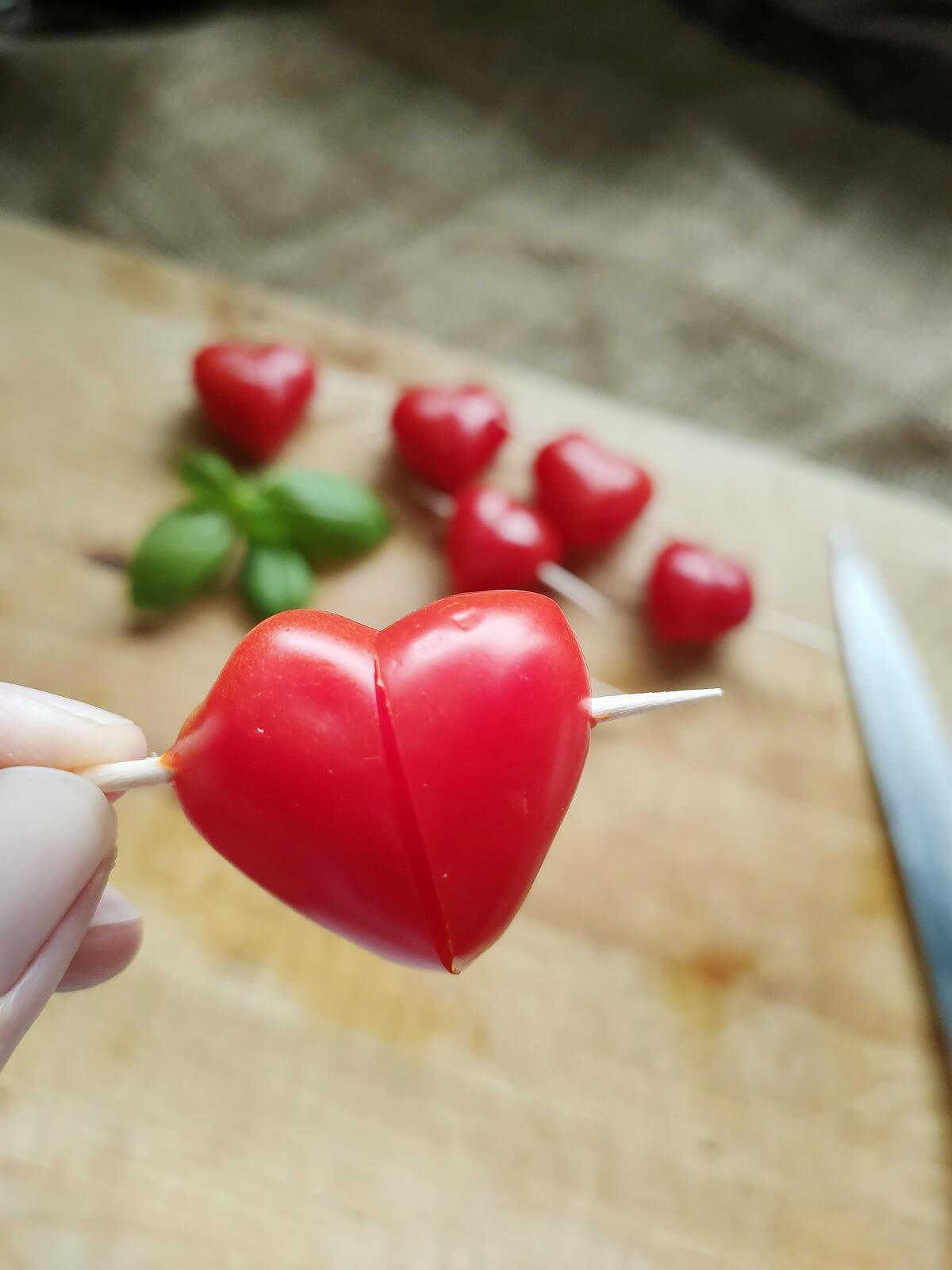 Essen für Kindergeburtstag oder Brotbox Bento: Tomaten Herzen
