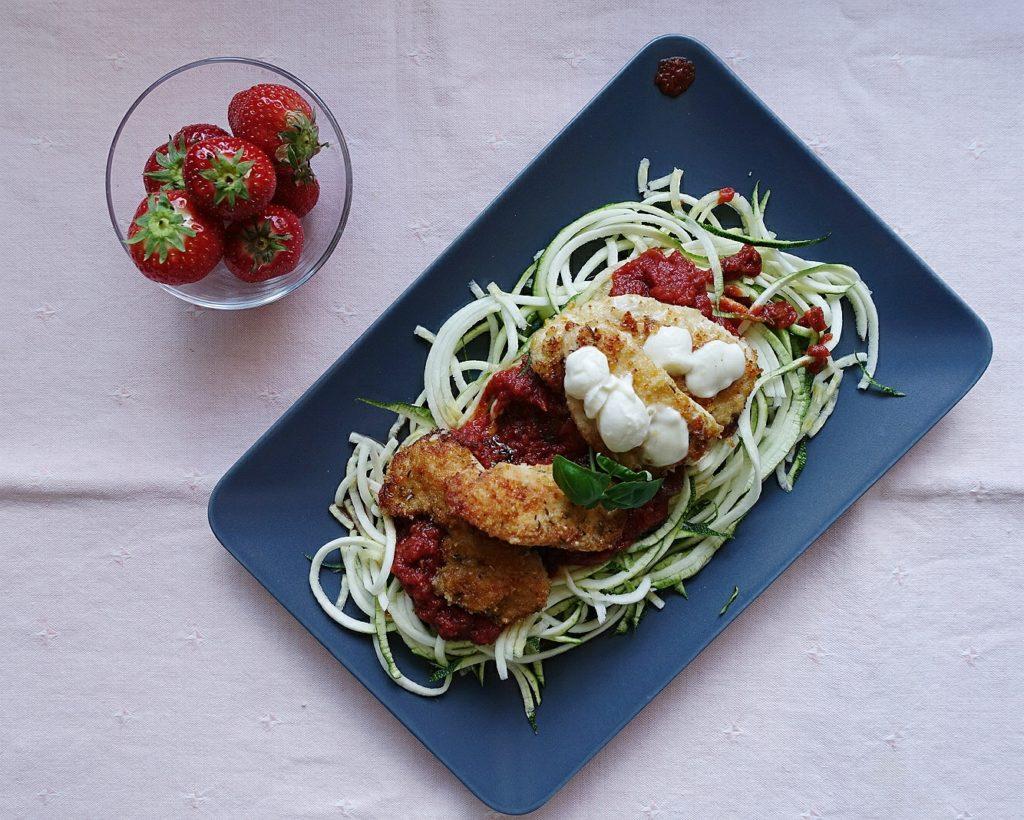 Schnelle Rezepte fürs Home Office: Zucchini Nudeln mit Parmesan Hähnchen, zubereitet in weniger als 20 Minuten #inunter20