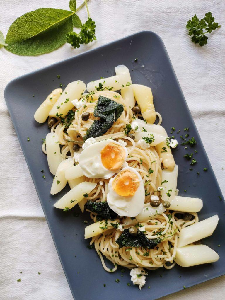 Pasta mit Salbei und Spargel, Feta & Ei - blitzschnell zubereitet
